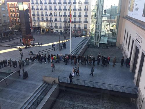 Públicos esperando para entrar en el Museo Reina Sofía, 2016.