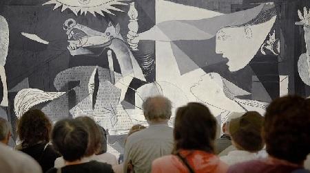 Detalle de la sala 206 donde se exhibe Guernica. Pablo Picasso. Guernica, 1937 © Sucesión Pablo Picasso, VEGAP, Madrid, 2017