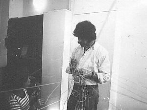 Felipe Ehrenberg. Dime lo que encuentras y te digo lo que piensas; variación del evento hilado, 1973. Galería In-Out Centre, de Ulises Carrión, Ámsterdam
