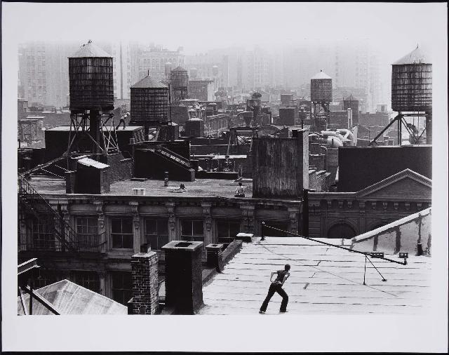 "Trisha Brown ""Roof Piece"" (1971), Performance Work by Trisha Brown («Pieza en la azotea» [1971], performance de Trisha Brown)"