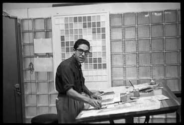 Carlos Cruz-Diez en su taller de diseño. Revista Momento, Caracas, 1957. © Estate of Carlos Cruz-Diez, Bridgeman Images, 2021