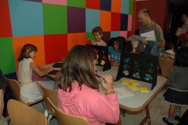 Familias particiando en el taller posterior a la visita. Museo Reina Sofía, 2007.