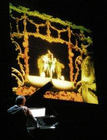 Jordi Sabatés acompaña al piano la proyección. Museo Reina Sofía, 2008.