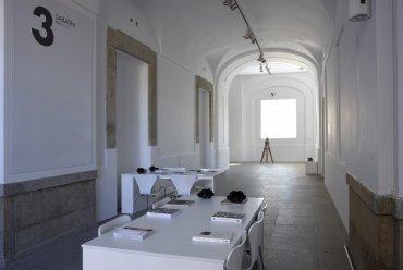 Imagen del área de interpretación preparada para la exposición Desbordamiento: Val del Omar. Museo Reina Sofía, 2010.