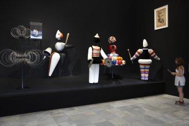 Visitante ante Ballet Triádico, 1922 de Oskar Schlemmer. Museo Reina Sofía, 2010.