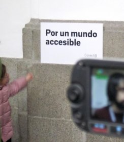 """Cartel con el lema """"Por un mundo accesible"""", elegido por Conect@ para el Día de la Accesibilidad, 2011."""