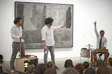 """Uno de los intérpretes del programa educativo """"¿Te suena?"""". Museo Reina Sofía, 2011"""