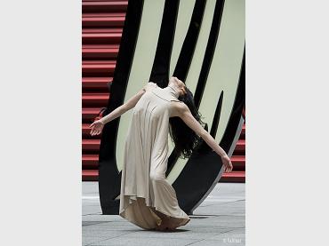 Melanie Olcina, en coreografía de Antonio Ruz, ante Brushstroke de Roy Lichtenstein, Patio Nouvel, Asaltos de Danza, 2013. © Jesús Vallinas