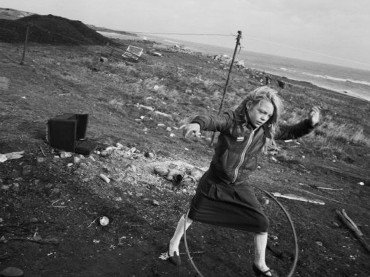 Chris Killip. Helen y su hula-hoop, Lynemouth, Northumberland, 1984. Cortesía del artista © Chris Killip