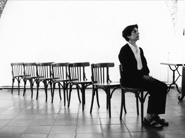 Esther Ferrer, Canon para siete sillas. Performance, 1990