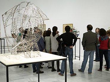 Profesores asisten a una visita a la colección