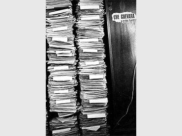 Colección de recortes de periódico utilizados por León Ferrari para elaborar Palabras ajenas, en su casa de Castelar, Provincia de Buenos Aires, 1969. Foto cortesía de Pablo Ferrari.