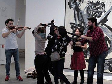 Activando las obras a través de danza, música y gestualidad