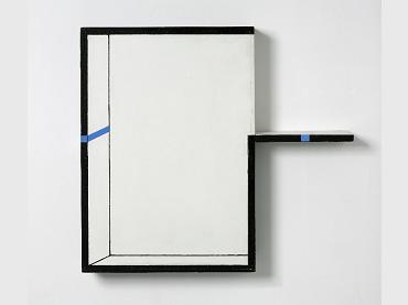 Edward Krasiński, Interwencja, 1990. Acrílico sobre tablero de fibra y madera y cinta azul. © Grażyna Kulczyk Collection. Foto: Bartek Buśko