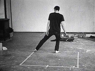 Fotograma del vídeo Dance or Exercise on the Perimeter of a Square (Square Dance) / Danza o ejercicio en el perímetro de un cuadrilátero (Danza cuadrada), 1967-1968 de Bruce Nauman. © Bruce Nauman, VEGAP, Madrid 2015. Cortesía de Electronic Arts Intermix (EAI), Nueva York