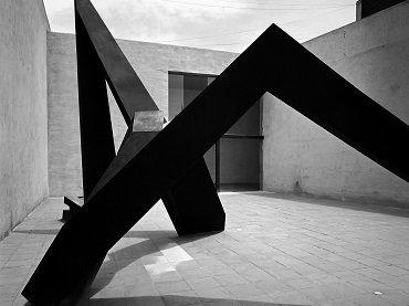 Mathias Goeritz, Luis Barragán y Jesús Reyes Ferreira. Atacando o La Serpiente. Escultura,  1953. Museo Experimental El Eco. Fotografía: Armando Salas Portugal