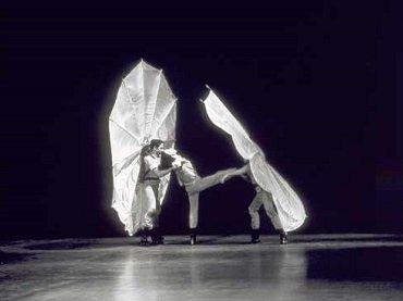 Fotograma de Pelican (1963) coreografiada por Robert Rauschenberg, interpretado por Carolyn Brown, Per Olof Ultvedt, y Rauschenberg. Cortesía Robert Rauschenberg Foundation Archives