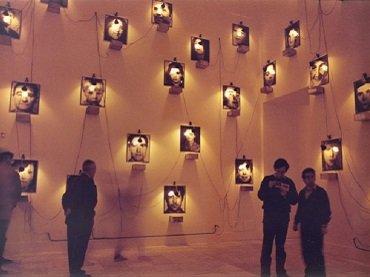 Vista de sala de la exposición. Christian Boltanski. El caso, 1988. Fotografía de Luis Pérez Mínguez