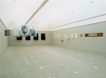Vista de sala de la exposición. Versiones del Sur: Cinco propuestas en torno al arte en América. Heterotopías. Medio siglo sin-lugar: 1918-1968, 2000