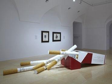 Vista de sala de la exposición. Hans Haacke. Castillos en el aire, 2012