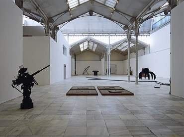 Vista de sala de la exposición. Pino Pascali: La reinvención del mito mediterráneo, 1961-1968, 2001