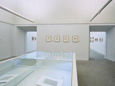 Vista de sala de la exposición. Vicente Rojo. Obra sobre papel y Gran escenario primitivo, 1997