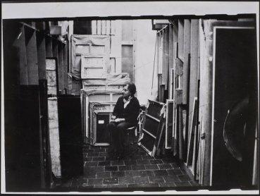 Juana Mordó entre los cuadros, en la galería de la calle Castelló (1976). Archivo de la Galería Juana Mordó. Centro de Documentación