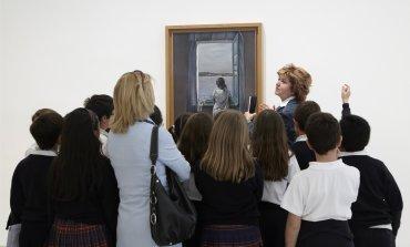 Momento de la visita en la Sala 207 de la Colección