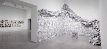 Vista de Sala 104.07 con obra de Liliana Porter. Wrinkle environment installation, 1969. Papel impreso y cinta adhesiva, dimensiones variables