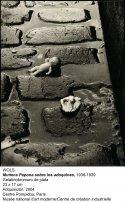 Wols, Muñeca Pepona sobre los adoquines, 1938-1939