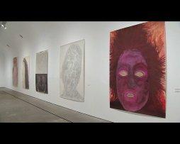 Pieza locutada sobre la exposición Elly Strik. Fantasmas, novias y otros compañeros (español)