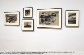 Vista de sala de la exposición de Nasreen Mohamedi  La espera forma parte de una vida intensa