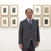 Claude Ruiz-Picasso ante el conjunto de grabados de Óscar Domínguez que ha donado al Museo Reina Sofía