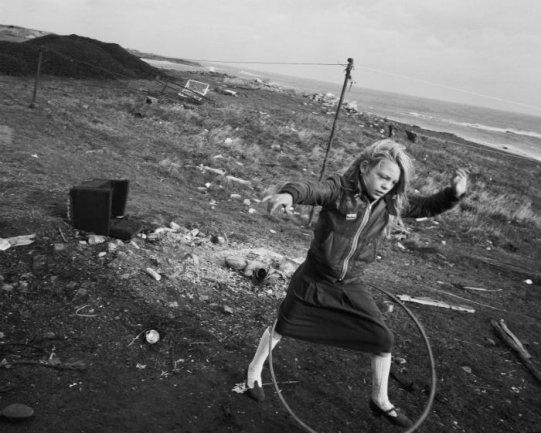 Chris Killip. Helen y su hula-hoop, Lynemouth, Northumberland, 1984. Cortesía del artista © Chris Killip