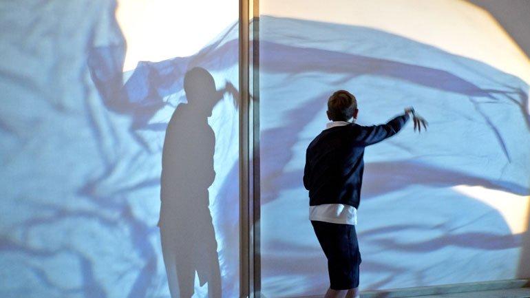 Un alumno actúa con su sombra
