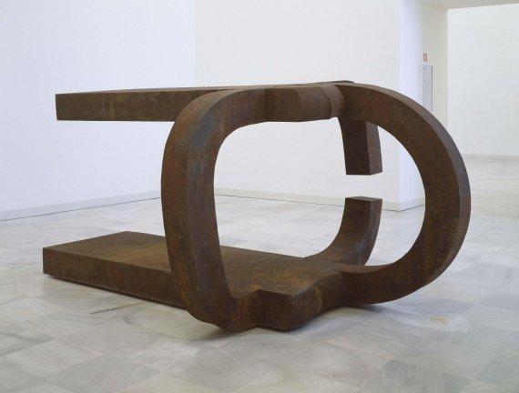 Eduardo Chillida. Toki Egin (Homenaje a San Juan de la Cruz), 1989-1990. Fundición, acero cortén, 142 x 295 x 213 cm