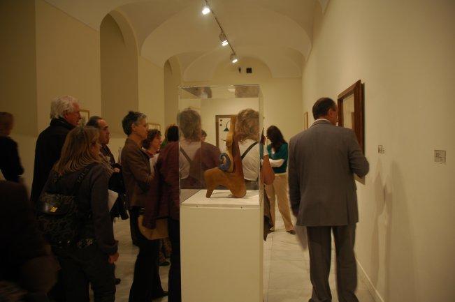 Participantes del curso contemplando algunas obras del Surrealismo con Nilo Palenzuela