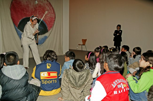 Grupo de niños asistiendo a la actividad. Museo Reina Sofía, 2008.