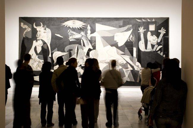 Grupo de personas ante Guernica, 1937 de Picasso en la visita inclusiva. Museo Reina Sofía, 2009.