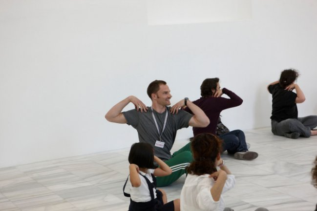 Un bailarín de la compañía de Merce Cunningham muestra la técnica del artista a los niños y adultos en diferentes espacios del Museo