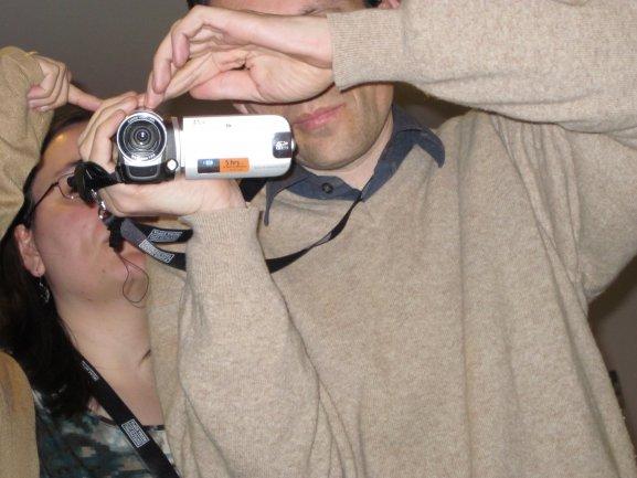 Miembros de Conect@ familiarizándose con los comandos de la cámara de vídeo. Museo Reina Sofía, 2010.