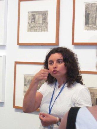 Un momento de la visita guiada en Lengua de Signos Española a la exposición James Castle. Mostrar y Almacenar. Museo Reina Sofía, 2011.