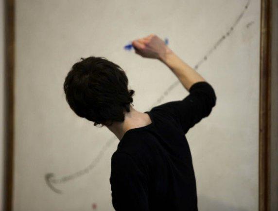 Instante de la actividad Si fuera un movimiento... ante una obra de Joan Miró