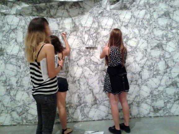 Los jóvenes de Equipo con la obra Wrinkle Environment Installation I (Arruga Instalación Ambiente I) de Liliana Porter