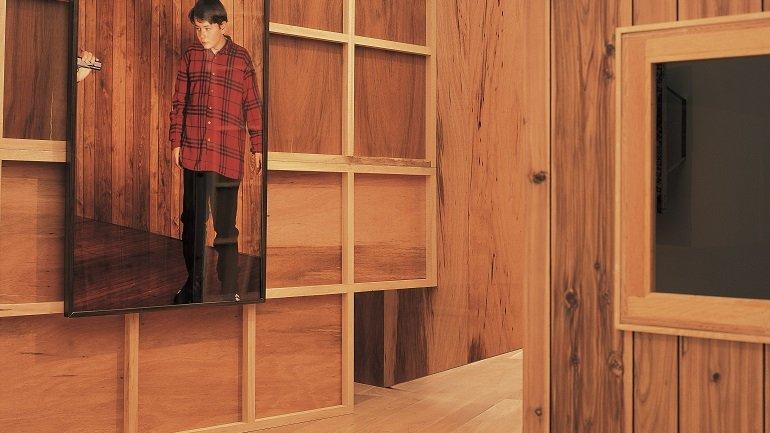Txomin Badiola. Complot familiar. Segunda versión, 1993-1995. Construcción en madera, cristal y cuerda y dos fotografías Medidas variables. Colección Museo Guggenheim Bilbao