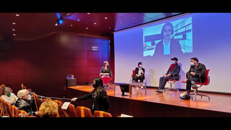 Jornada del encuentro Entre tantas, 2021. En la imagen (de izquierda a derecha): Susana Moliner, Safaa Erruas, Younes Rahmoun y Karim Rafi. Abdellah Karroum en pantalla. Fotografía: Celia Maldonado