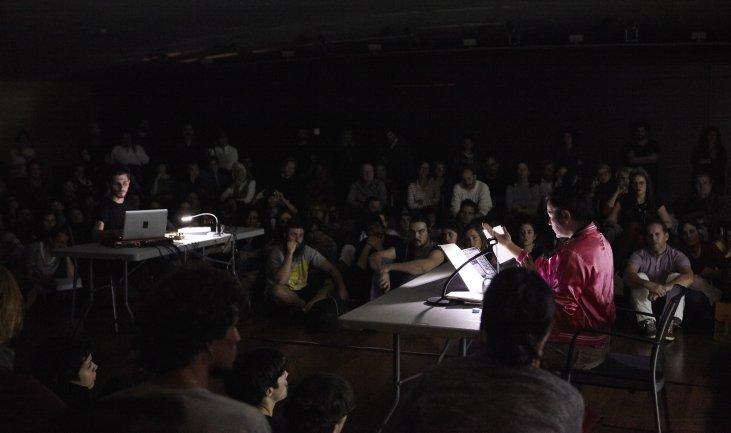 Hito Steyerl y Kassem Mosse durante la conferencia performativa  Explosión de ojos / Zonas de combate que ven. Museo Reina Sofía, 18 de noviembre de 2015
