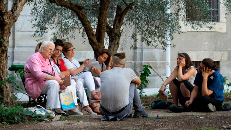 Voluntari+s intercambiando reflexiones en el Jardín del Museo Reina Sofía, 2019. Fotografía: Daniel Jordán Pompa
