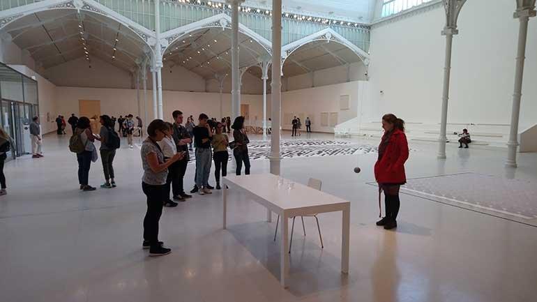Activación de performances durante la exposición Esther Ferrer. Todas las variaciones son válidas, incluida esta en el Palacio de Velázquez