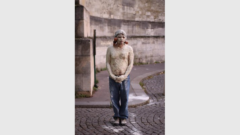 Benvenuto Chavajay, Hombres de maíz. Performance ritual en el cementerio Père Lachaise, París, 2019